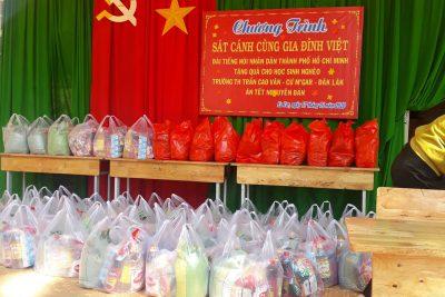 Tặng quà tết cho học sinh nghèo nhân dịp Xuân Canh Tý 2020